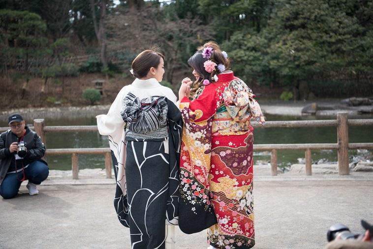 【写真】振袖姿の女性2人が、じゃれ合うように隣り合って立っている