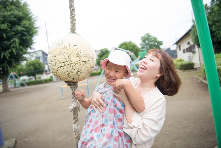 【写真】公園の遊具で遊ぶまいさんとゆめちゃん