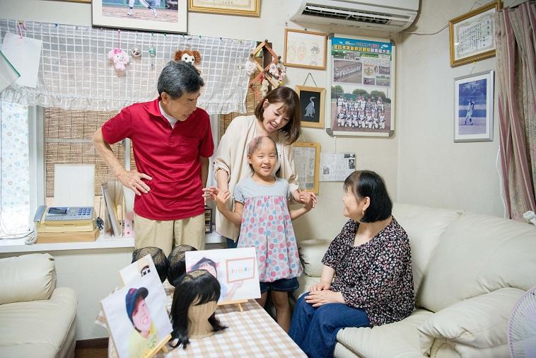 【写真】おじいちゃんおばあちゃんに囲まれ笑顔のゆめちゃん、まいさん