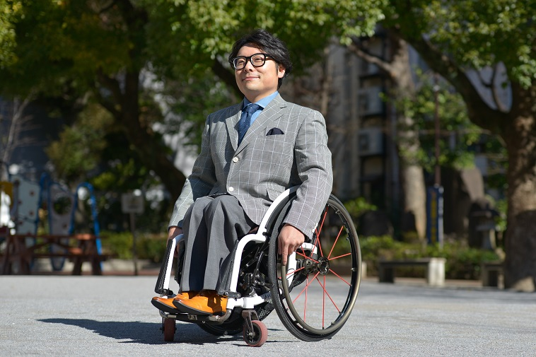 【写真】スーツを着て車椅子に乗る男性