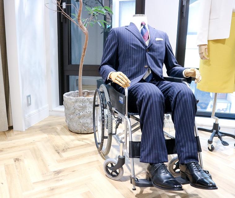【写真】車椅子に乗ったマネキンにディスプレイされるオーダースーツ