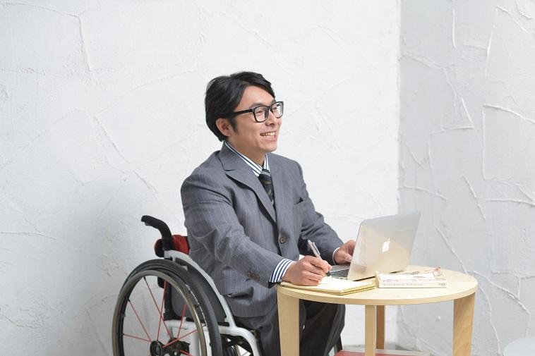 【写真】車椅子に乗りインタビューに応えるパラアイスホッケー選手のうえはらだいすけさん