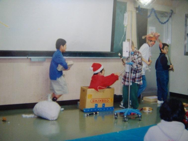 【写真】小児病棟のクリスマス会で寸劇をするみよしさん