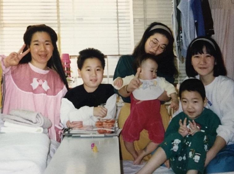 【写真】子どもの頃の入院体験を支えてくれた仲間と並ぶみよしさん