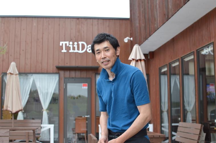 【写真】レストランてぃーだの前でほほえむしみずひできさん