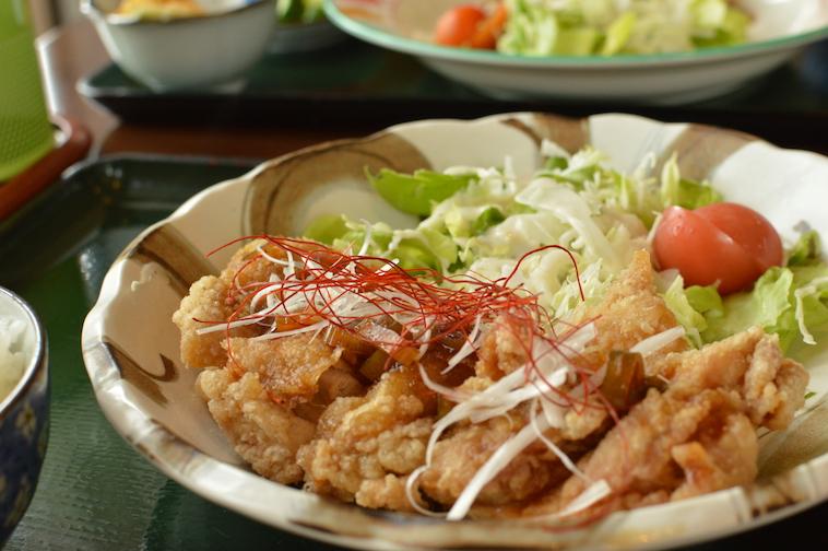 【写真】ゆーりんちー定食。お皿にたっぷりのっていて美味しそうだ。