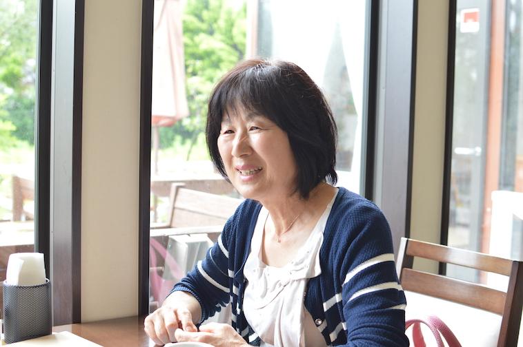 【写真】インタビューに笑顔で答える、てぃーだ常連客のあくつれいこさん