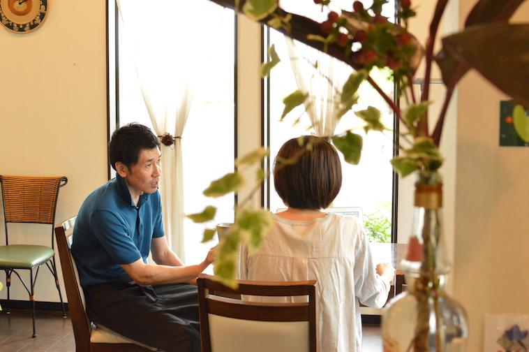 【写真】インタビューを進行するライターのたなかみずほさんと、丁寧にこたえるしみずひできさん