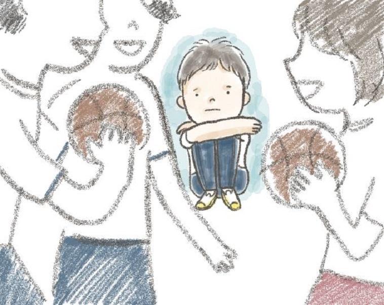 【イラスト】周りがスポーツをしている中、一人で座り悲しそうな表情のしらいしょうごさん
