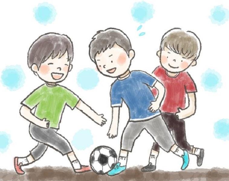 【イラスト】楽しそうにサッカーをして遊ぶ、しらいしょうごさんと二人の友人たち。