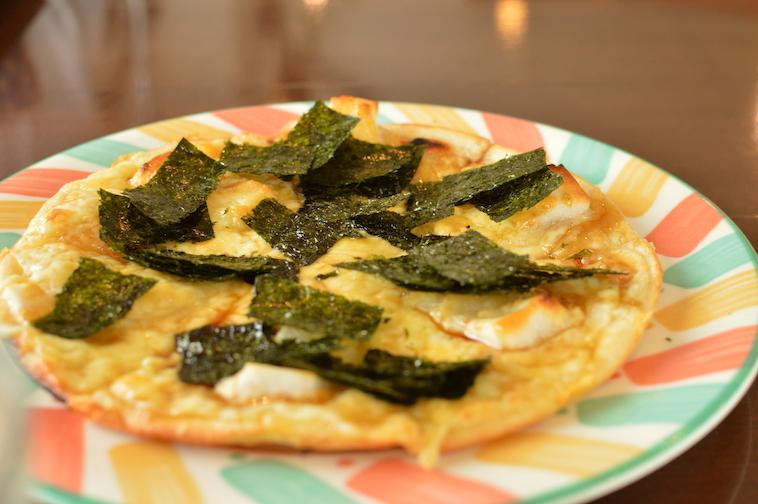 【写真】和風おもち入りピザ。ピザの上に、おもちやのりがのっている。大変美味しそうだ。