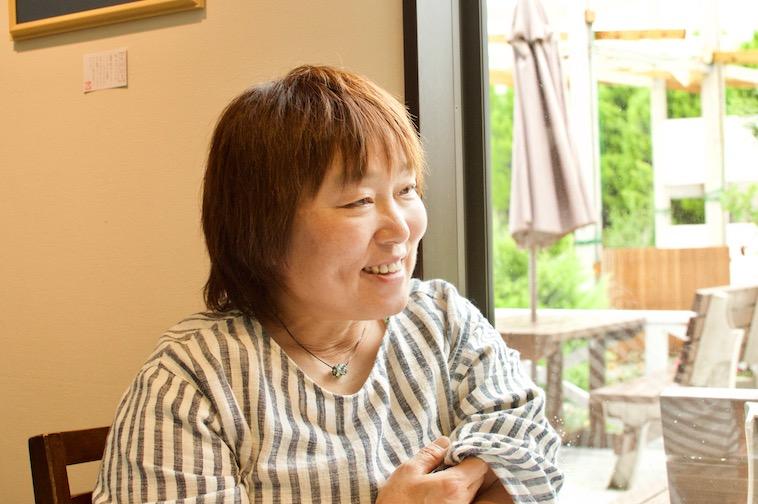 【写真】笑顔でインタビューに答えるいしかわようこさん
