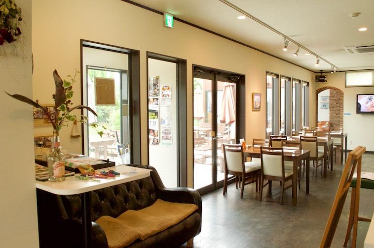 【写真】レストランてぃーだの内観。大きい窓から、外からの明るい日差しが広い店内にさしこんでいて温もりが感じられる空間になっている。
