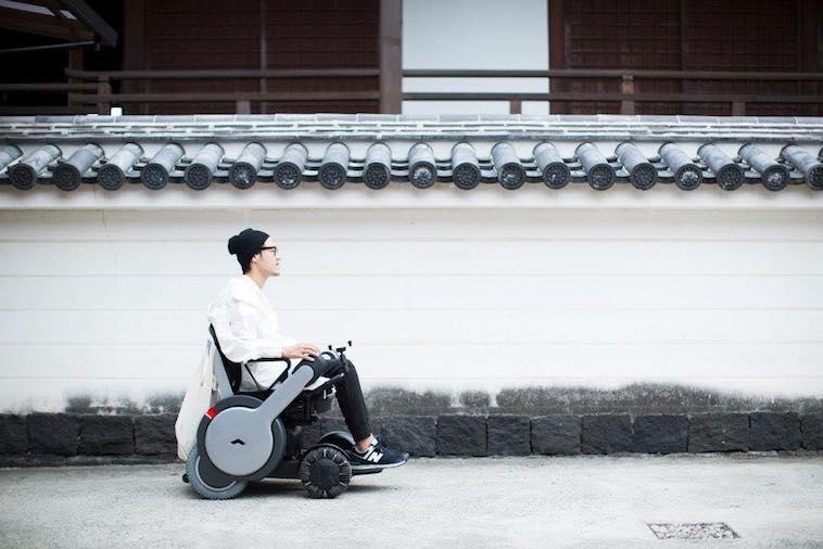 【写真】車椅子で外を移動しているおちみすようすけさん
