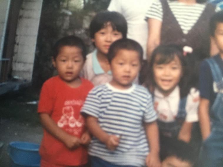 【写真】おちみずようすけさんの幼少期の写真。多くの友達に囲まれている。