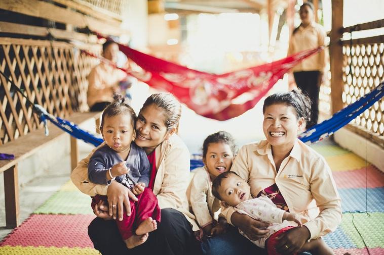 【写真】子どもを抱っこして微笑む二人の女性