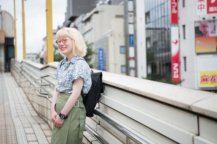 【写真】街頭で笑顔で立つかんばらゆかさん