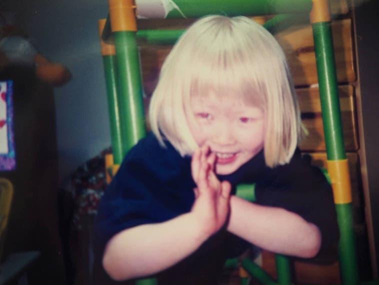 【写真】幼少期のかんばらゆかさん。笑顔でポーズをとっている。