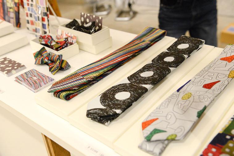 【写真】むくのネクタイ、蝶ネクタイ、ブックカバーなどの商品が並んでいる。どれもおしゃれでかっこいい。