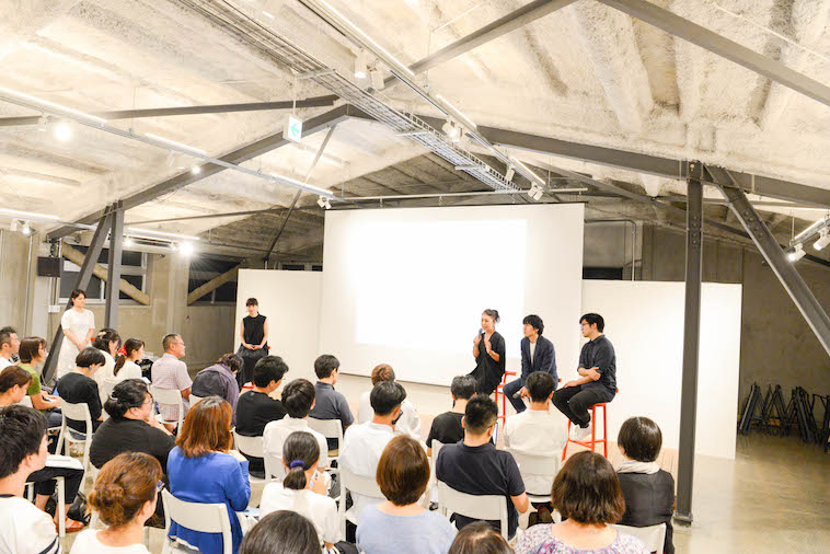 【写真】満員の会場の様子。くすのきさんが質問に答えている。