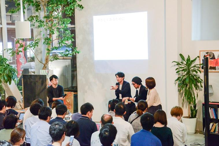 【写真】満員の会場で話す登壇者3人