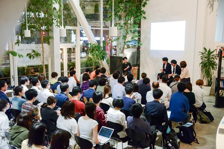 【写真】満員の会場。参加者の中には携帯やパソコンでメモをとりながら話を聞いている方もいる。