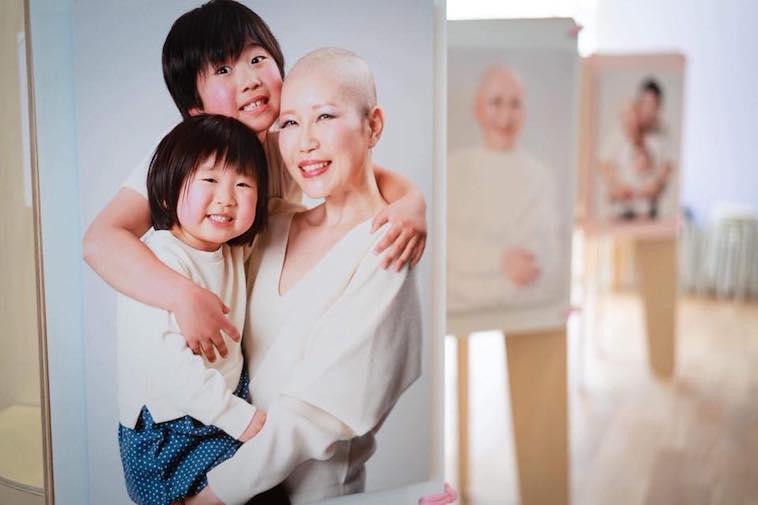 【写真】写真展の展示物の一つ。子供に抱きしめられた笑顔の母親の姿がうつっている。