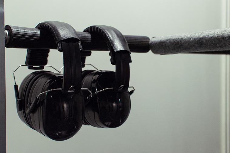 【写真】会場で使用するヘッドセットが並べられている。