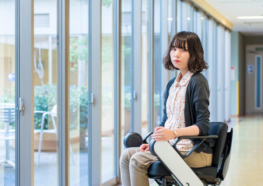 【写真】車椅子に座り、真剣な表情でカメラをみつめるきどかなえさん