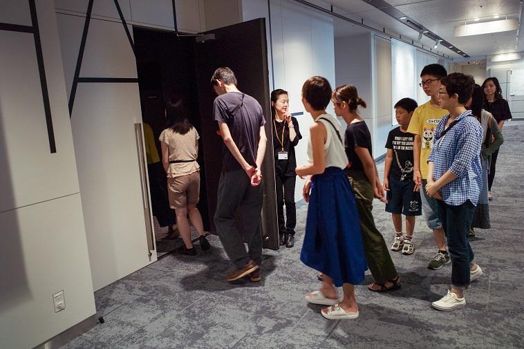 【写真】ダイアログインサインレンスのイベントに入り口から入っていく参加者たち。緊張感と楽しそうな雰囲気が伝わってくる。