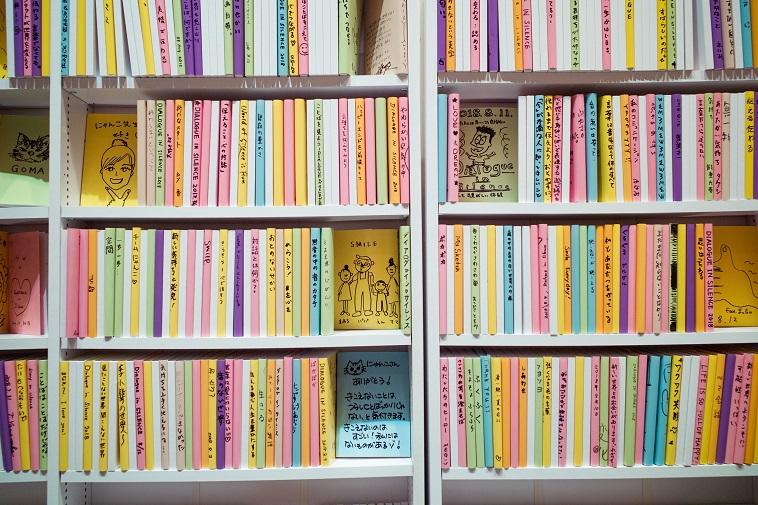 【写真】参加者たちが書いた本が本棚にズラッと並べられている。