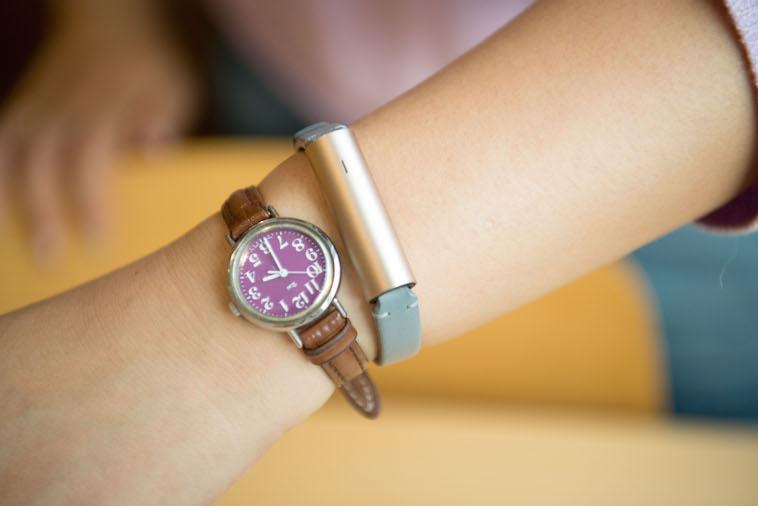 【写真】ますぶちさんが使用しているウェアラブルデバイスの写真。細く小さい時計だ。