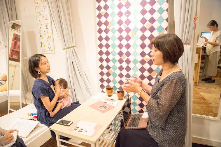 【写真】インタビューに答えるみつはたゆか さんと赤ちゃんを抱いているライターのとくるりかさん