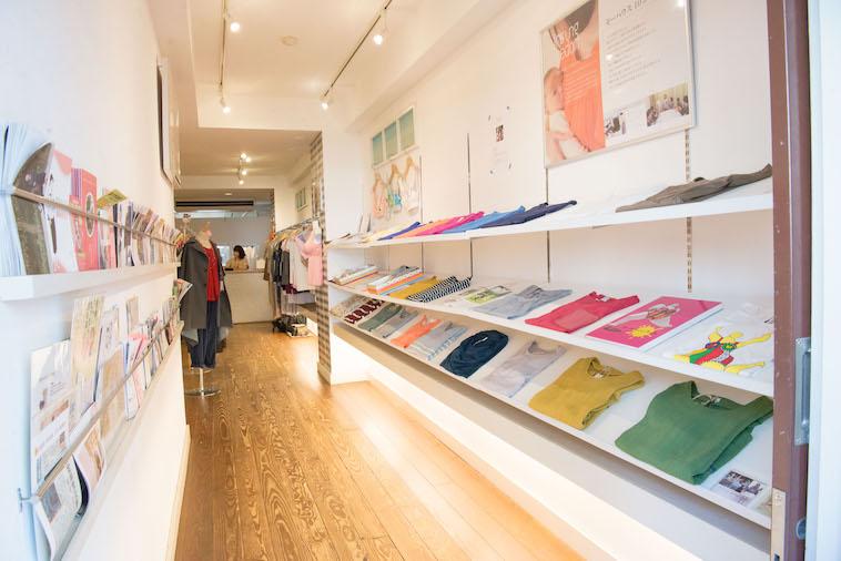 【写真】モーハウスの店内の様子。様々な服や雑誌が置いてある