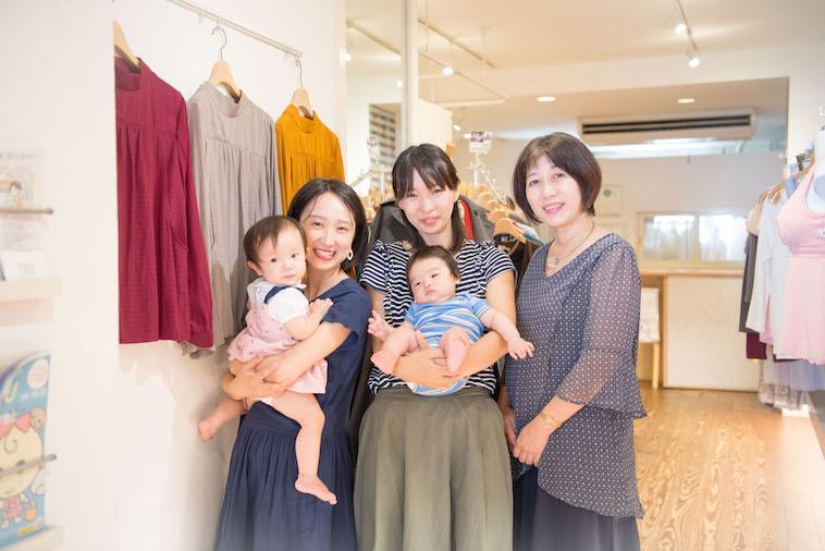 【写真】笑顔で赤ちゃんを抱いて立っているライターのとくるりかさん、みつはたゆかさん、赤ちゃんを抱いているのぐちゆりさん