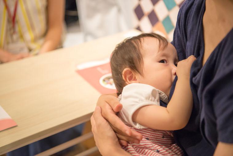 【写真】ライターのとくるりかさんに抱きつく赤ちゃん
