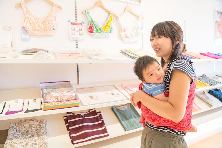 【写真】赤ちゃんを抱いて笑顔でインタビューに答えるのぐちゆりさん