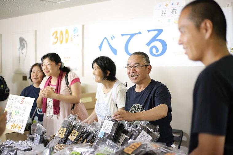 【写真】生き生きとした表情で利用者がべてるの昆布を販売している