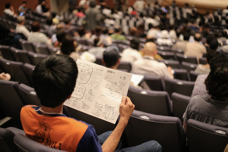 【写真】観客席でべてるの資料を熱心に読んでいるお客さん