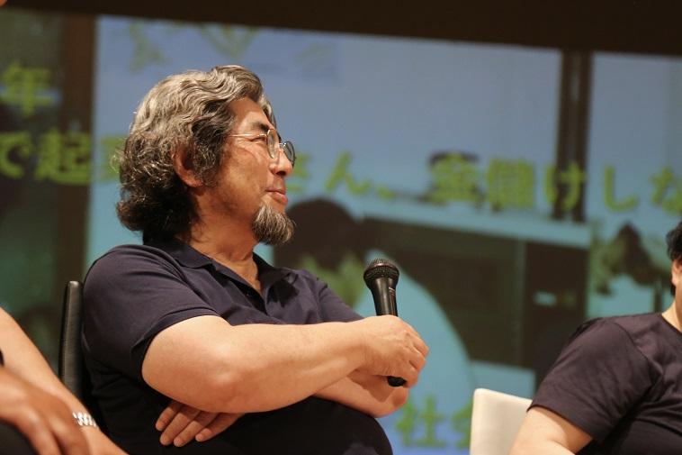 【写真】カワムラトシアキ先生がマイクを持っている