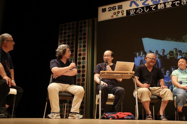 【写真】ステージ上で顔を見合わせて笑いながら話す、むかいやちいくよしさんとかわむらとしあき先生。