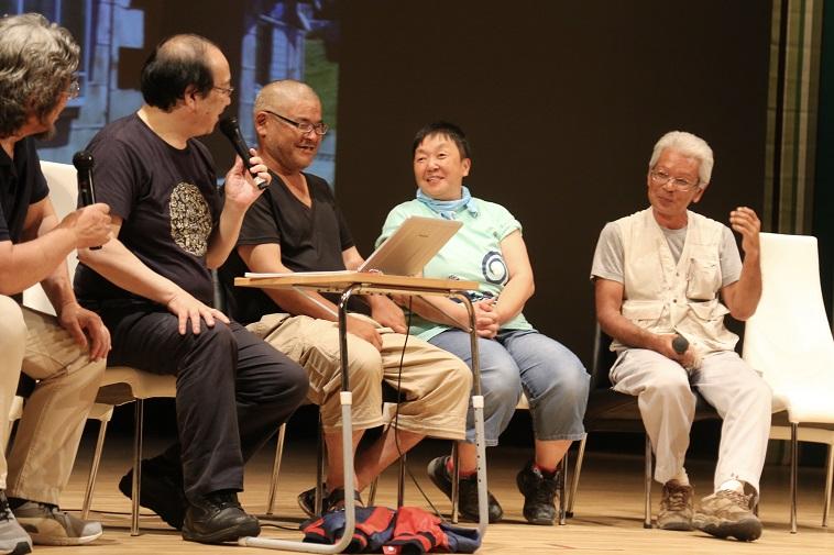 【写真】むかいやちいくよしさん、ヒデさん、べてるメンバーがステージ上で微笑み合う