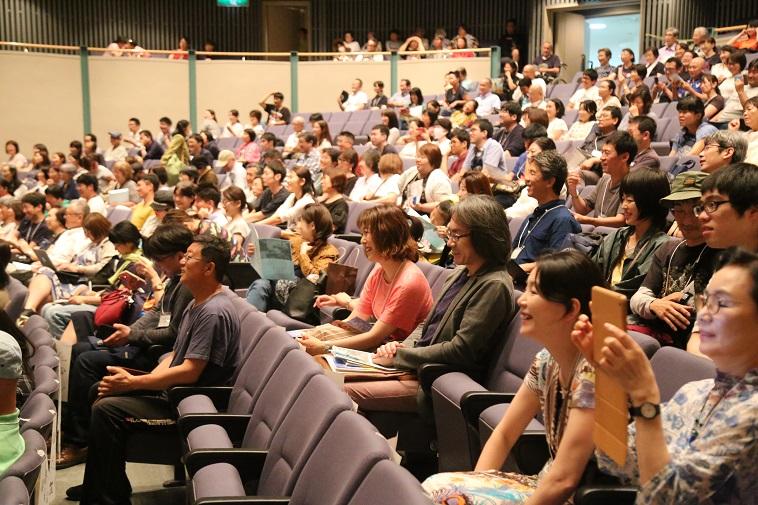 【写真】客席ではたくさんの人が笑顔でステージを見ていたり、スマートフォンを向けて写真を撮影したりしている