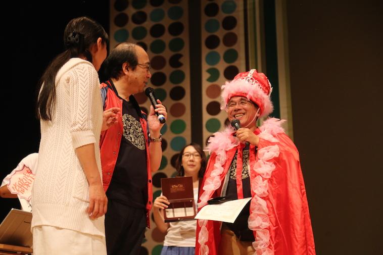 【写真】幻覚妄想大会で受賞したメンバーが賞状を持って、嬉しそうに話している