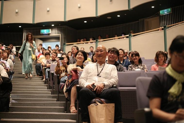 【写真】客席の人たちが穏やかな笑顔をステージに向けている