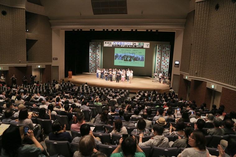 【写真】満員の客席。ステージにはべてるメンバーが並んでいる