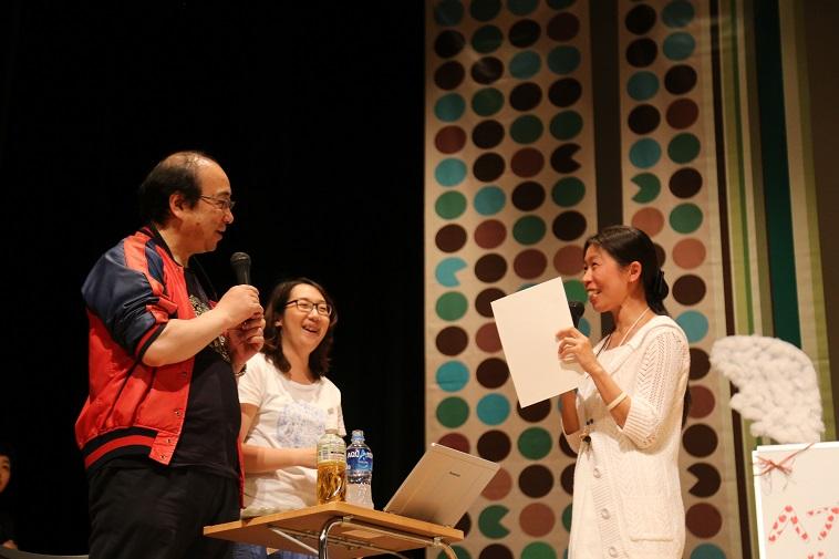 【写真】賞状を受け取ったマツムラミチエさんとむかいやちいくよしさんが笑顔で話している