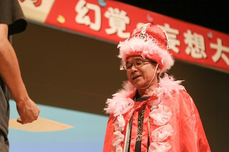 【写真】グランプリを記念した冠とマントをまとったナガトコウジさん
