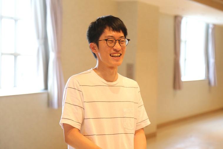 【写真】ひぐちさんが満面の笑顔で話をしている