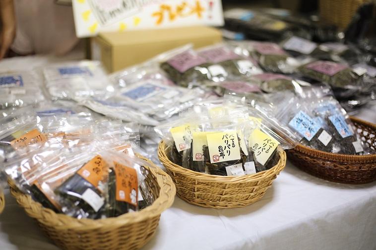 【写真】「べてるパリパリ昆布」「塩昆布」など昆布商品がずらりと並び、販売されている